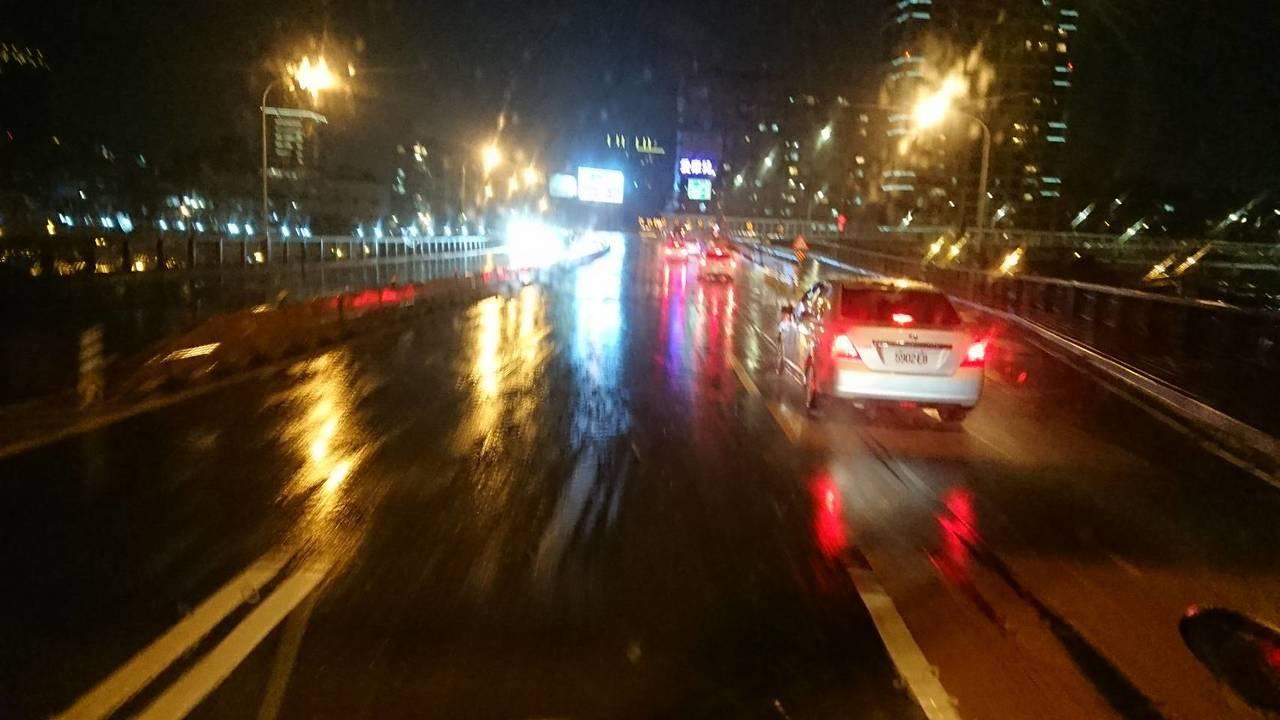 中正橋連接台北市古亭與永和區,橋上積水已退,目前仍可正常通行。圖/台北市消防局提...