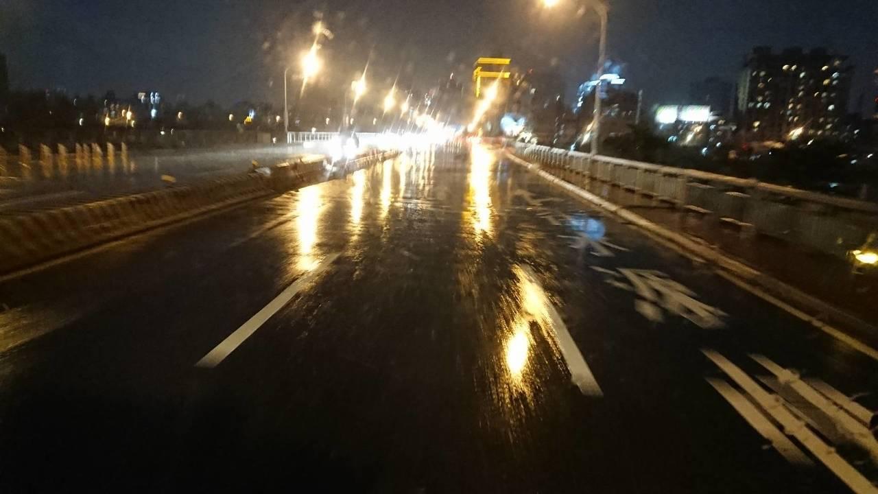 中正橋連接台北市古亭與永和區,消防人員稍早前往查看,發現橋上積水已消退。圖/台北...