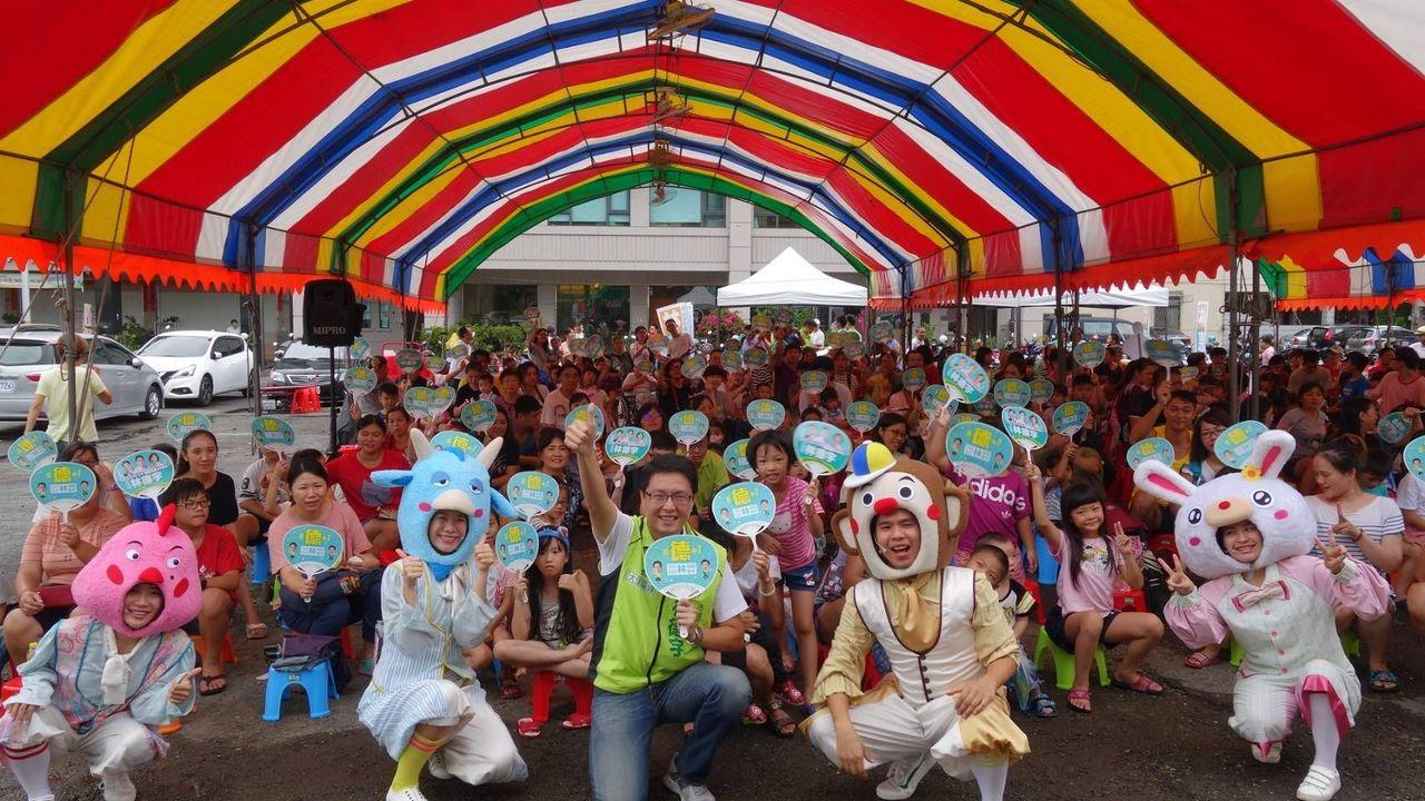台中市市議員參選人林德宇今天下午邀請兒童劇團「好玩的劇團」演出《拯救五彩王國》,...