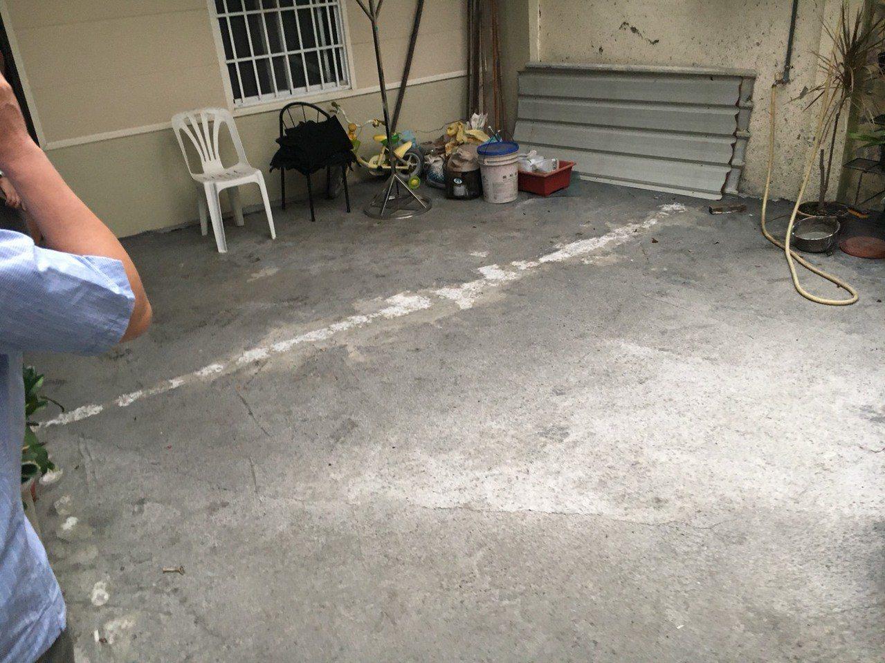 台南市永康區216巷民宅地基塌陷近一層樓,經緊急灌漿穩住基礎。圖/李鎮國提供