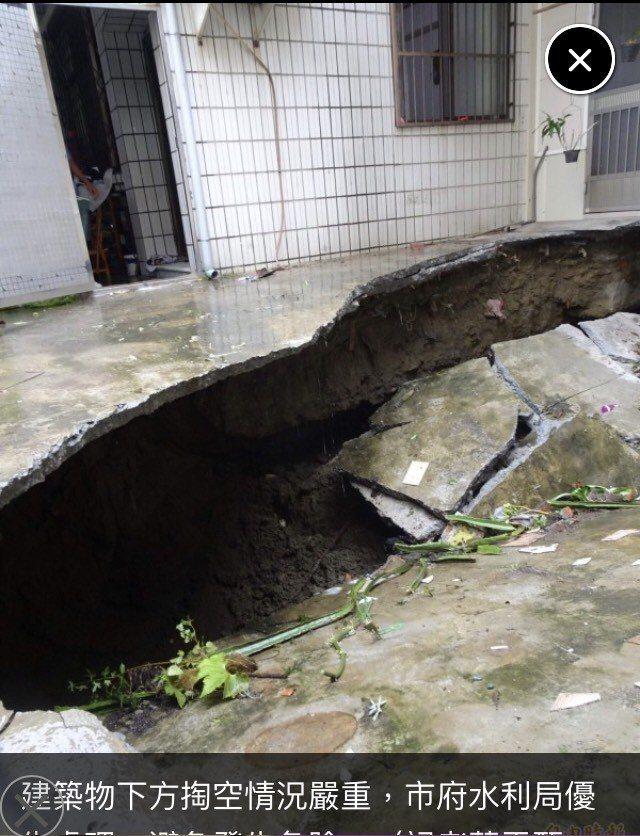 台南市永康區中華路154巷淹水,是從216巷民宅地基塌陷而起。圖/李鎮國提供
