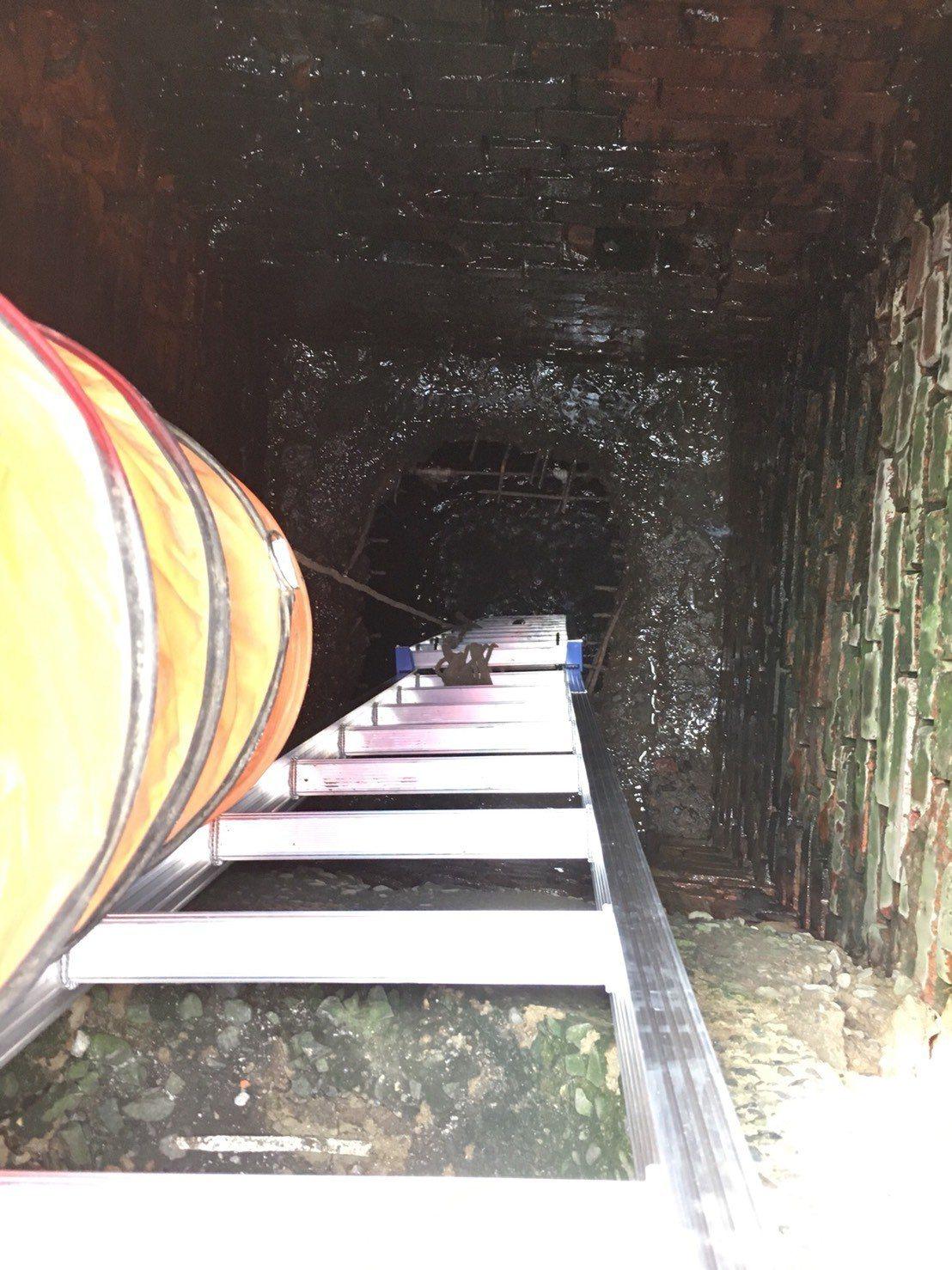 台南市永康區216巷民宅下方深達8公尺以下,竟有超大箱涵,市府水利局研判是建商私...