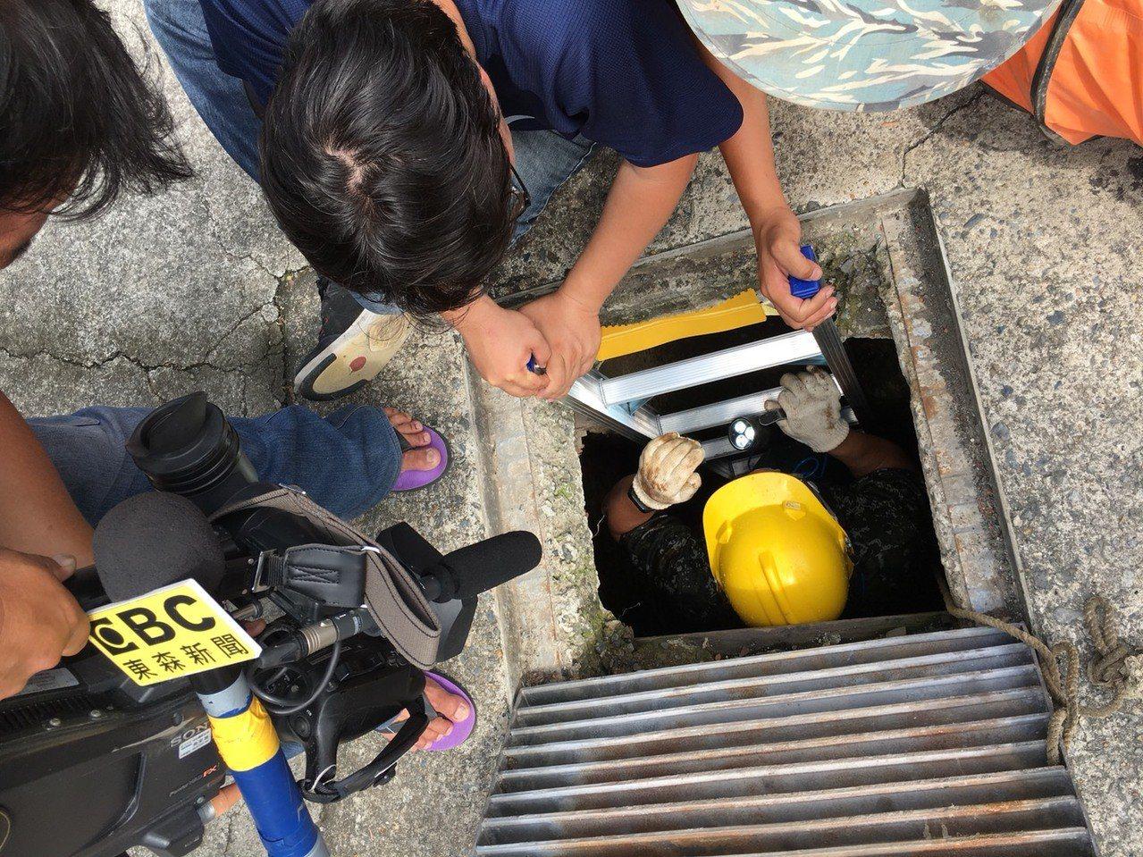 台南市政府水利局委請特搜小組進入地下箱涵探勘及協助清除堵塞水泥漿,但施工難度相當...