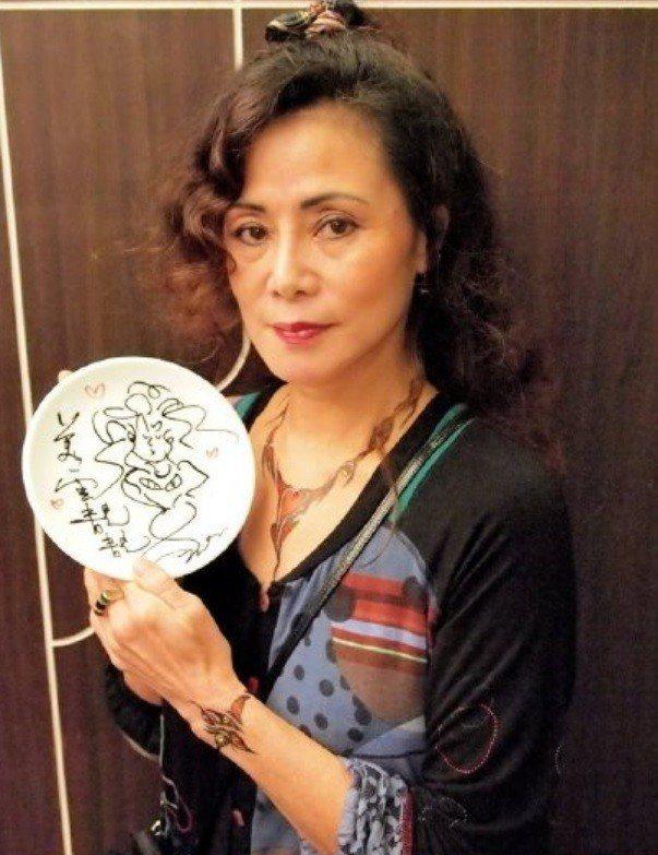 香港首代名模鄺美寶傳肺癌去世。圖/摘自FB