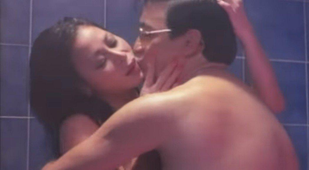 鄺美寶和曹查理曾在「有牌流氓」演出共浴激情戲。圖/翻攝自YouTube
