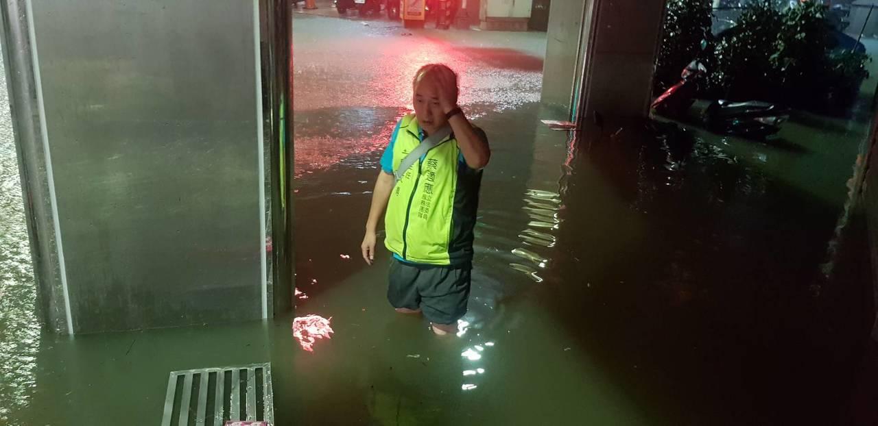 基隆市義二與信五路口,水淹也有1公尺,有不少機車泡在水裡。圖/王安棟提供