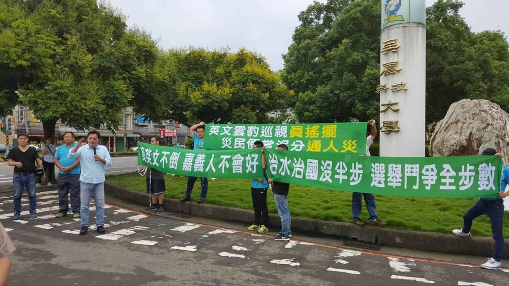 吳育仁「迎接」蔡英文來嘉義,在會場外拉布條為災民提出訴求。圖/吳育仁團隊提供