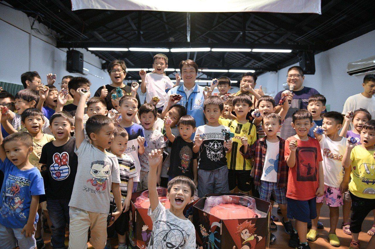 花蓮市長魏嘉賢(中)說,戰鬥陀螺賽事不遜於成年人體育活動,今年底還要再辦一場,放...