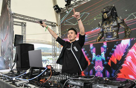 麻吉弟弟昨日受邀宣傳電影「終極戰士:掠奪者」出席Ultra Taiwan電音派對,現場表演一段DJ秀,還結合L.A. Boyz的熱門歌曲「跳」,同步熱唱「跳乎伊爽」,引起現場歌迷尖叫,但他卻透露未來...