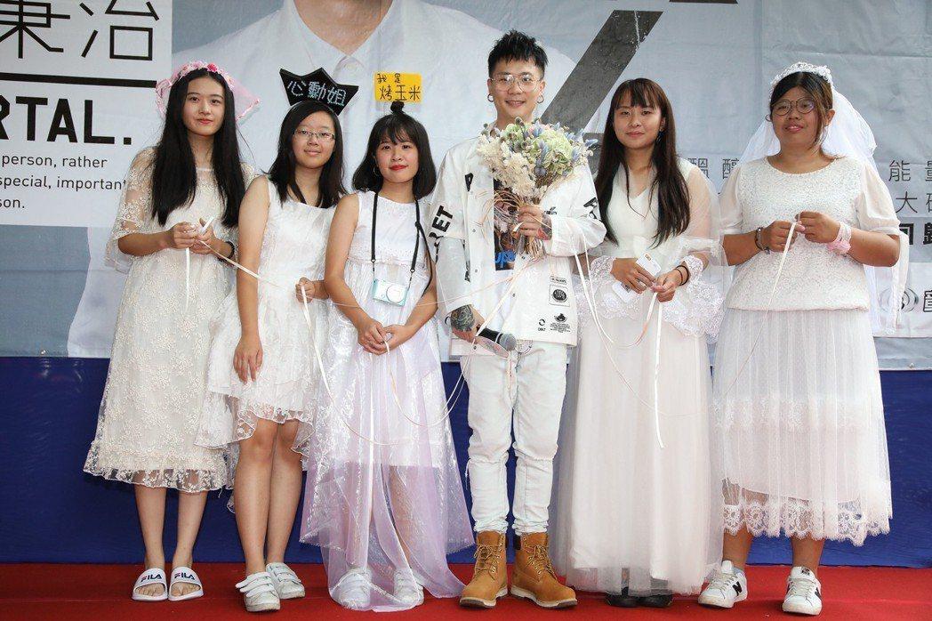 廷廷8日簽唱會上演「新娘大作戰」,還與歌迷甜蜜對唱「天使見證的愛情」。圖/相信音...
