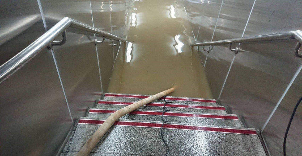 台北市下午瞬間暴雨釀多處路段積淹水,台北捷運東門站旁地下連通道也淹水,積水一度有...