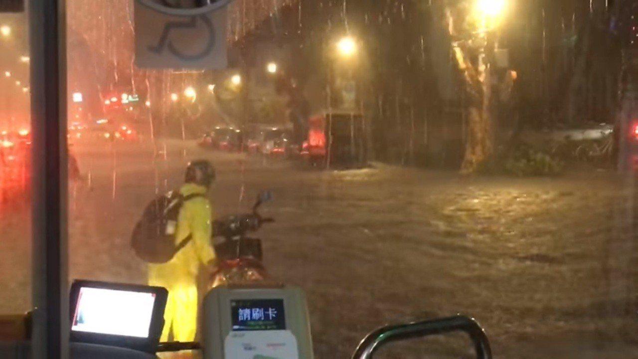 北市傍晚多處路段嚴重積水,水還淹過機車排氣管高導致不少機車拋錨。圖/取自臉書社團...