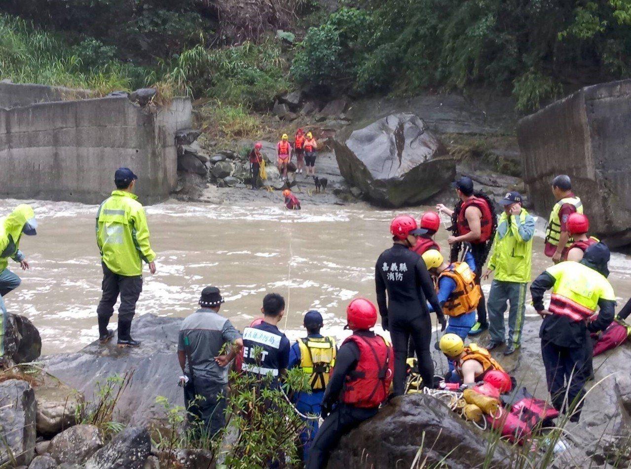 法國籍遊客今天因暴雨受困,消防員將3人1狗救出。圖/嘉義縣消防局提供