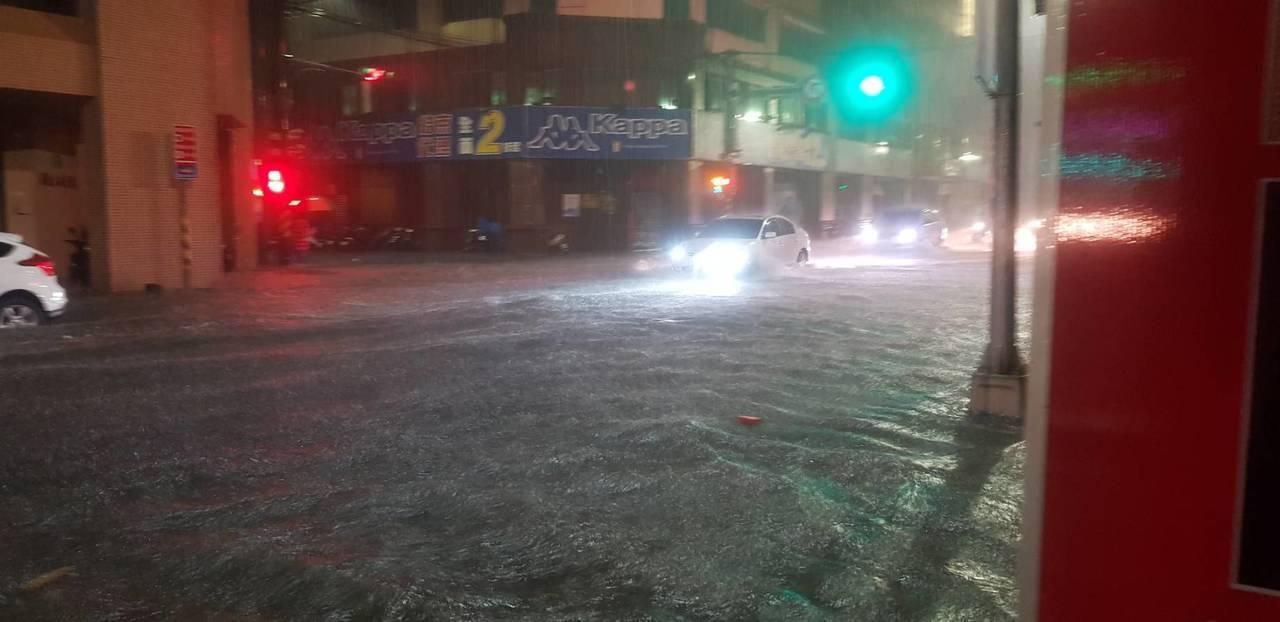 基隆時雨量近百毫米多處淹水,賴揆致電市長林右昌關心。圖/讀者王安棟提供