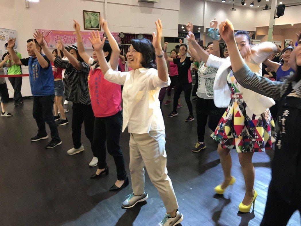 國民黨嘉義市長提名人黃敏惠(白襯衫者)今天與青人一起熱舞,喊出她的「青年333」...