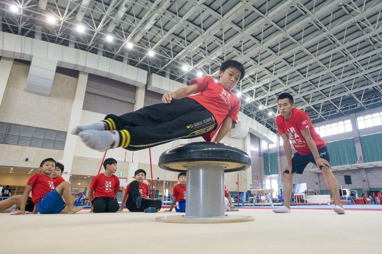 亞運金牌「鞍馬王子」李智凱(右)擔任小選手教練,傳承夢想。 圖/華南銀行提供
