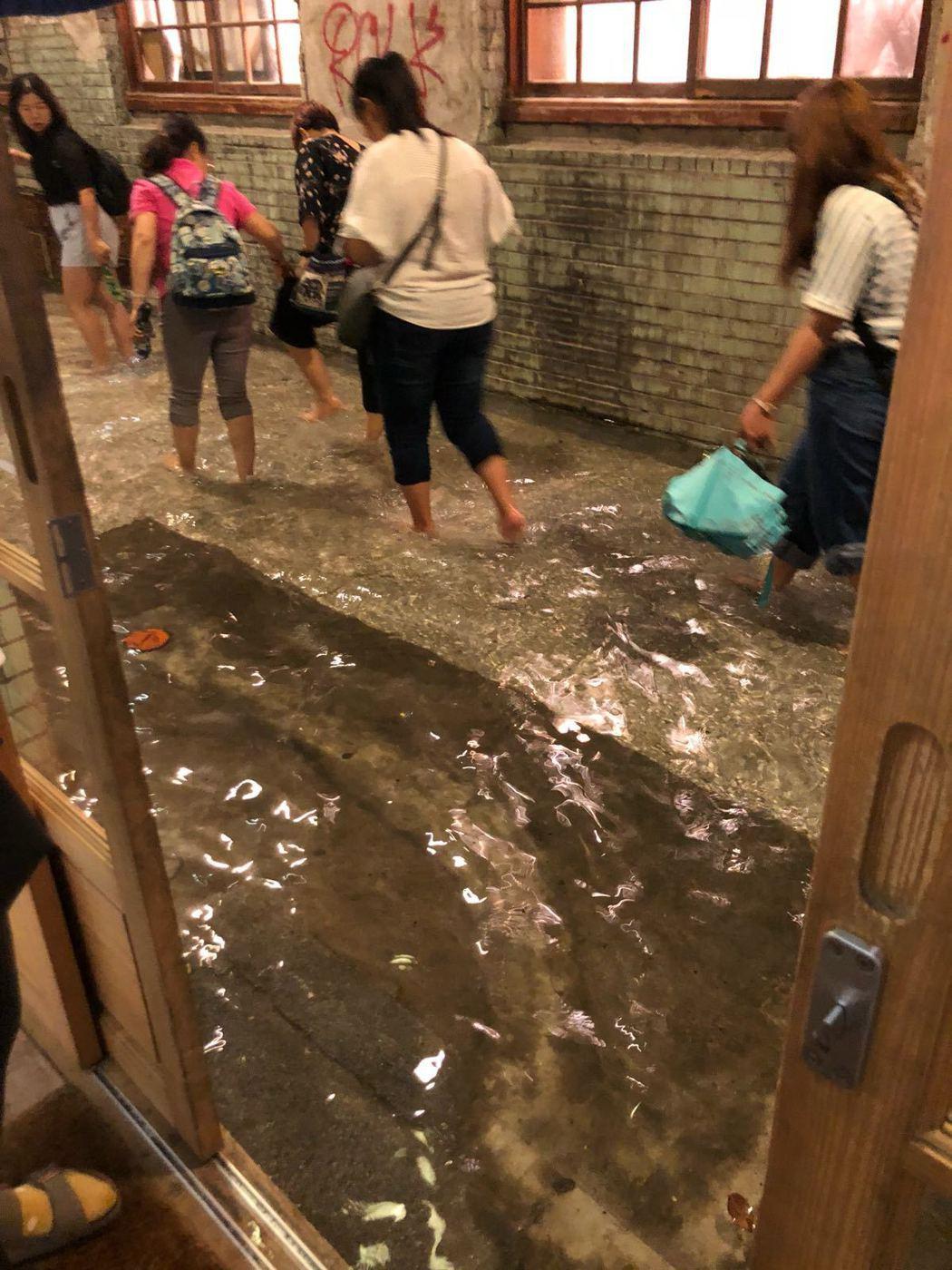 鄭怡8日開唱,卻遇上台北豪雨,場地淹水。圖/星光娛樂提供