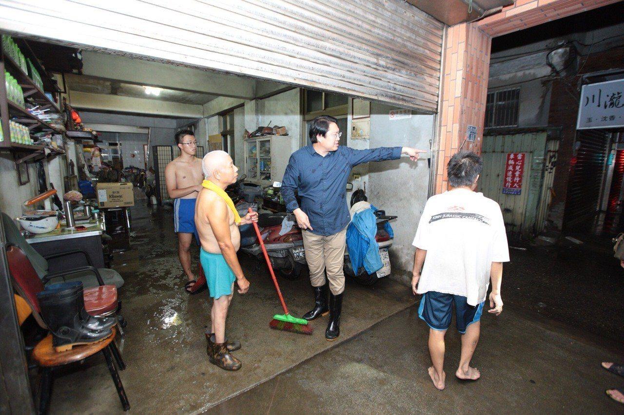 市區民宅、商家泡水,市長林右昌晚間到場巡視。圖/基隆市政府提供