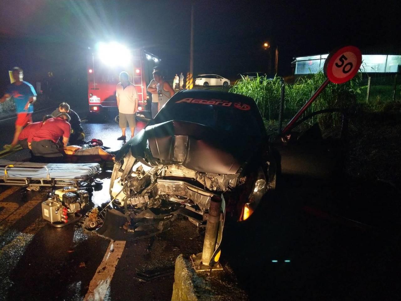 宜蘭雨夜,大同鄉有轎車自撞,駕駛無生命徵象,送醫搶救。圖/宜蘭縣消防局提供