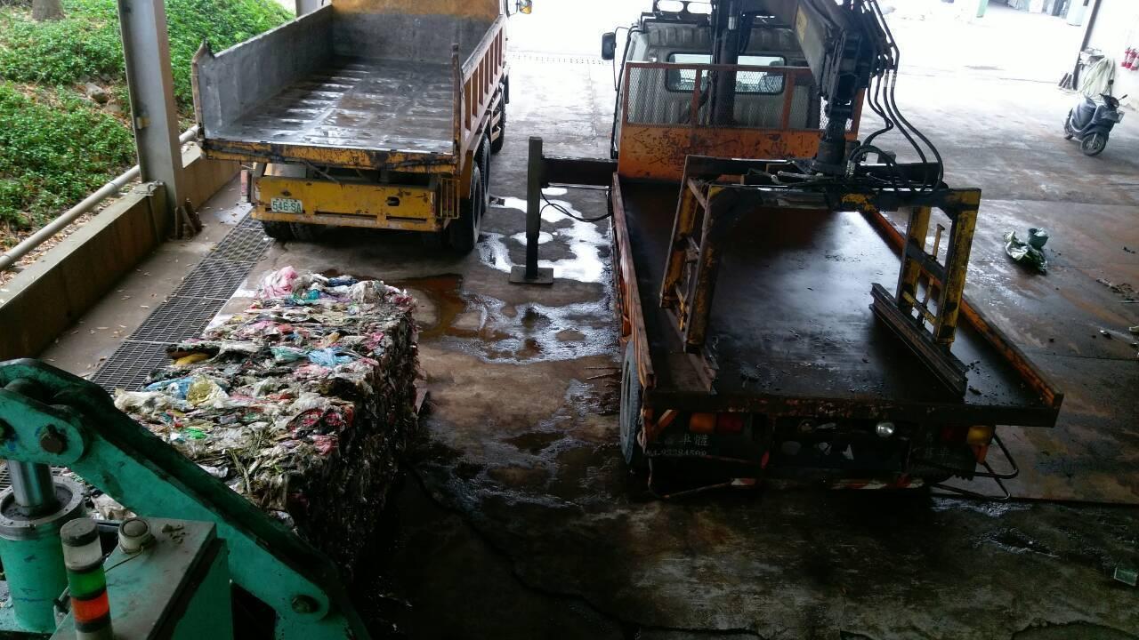 竹山鎮掩埋場垃圾透過壓縮,讓收容量增加,也方便儲放減少汙水。圖/南投縣環保局提供