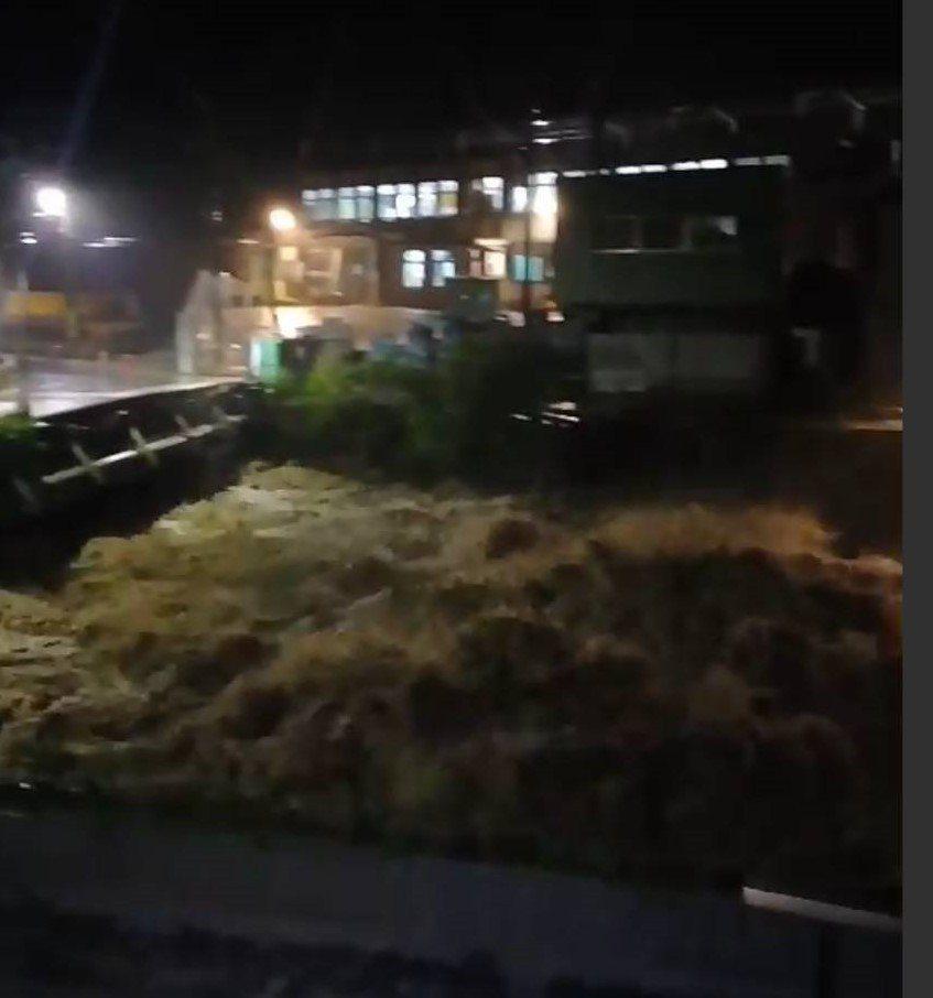 萬里中幅水廠前河道暴漲,水勢驚人大水差點淹水廠。圖/北海岸全民聯盟公社提供
