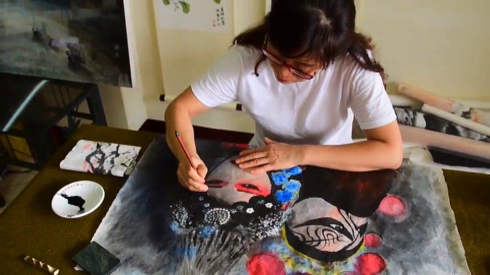 陳靜秀原本是專職的家庭主婦,10年前決定走出廚房追尋小時候要當畫家的夢想。記者何...