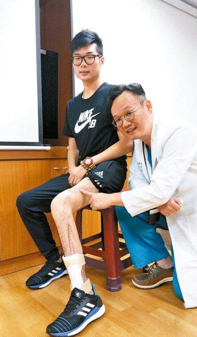 大學生鄭廷毅(左)感謝醫師陳志輝(右)醫治,讓他保住左腿,重拾快樂人生。 記者趙...