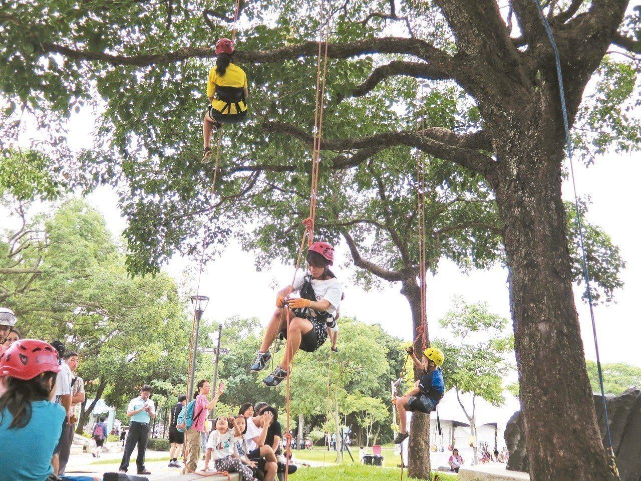 桃園市環保局昨天在虎頭山舉辦桃園綠色生活悠遊節系列活動,由專業攀樹師帶領民眾體驗...