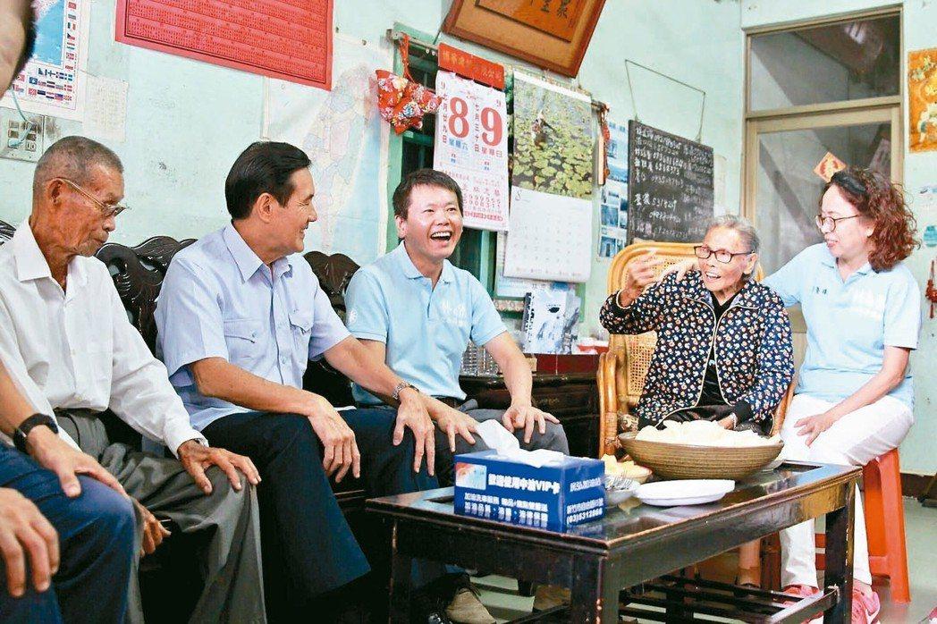 前總統馬英九(左二)探望林為洲(中)、郭慶珠(右一)夫婦,與林的雙親林埈埕(左一...