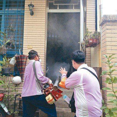 台南市中西區一名外籍看護感染登革熱,台南市衛生局人員前往進行戶內化學防治。 圖/...