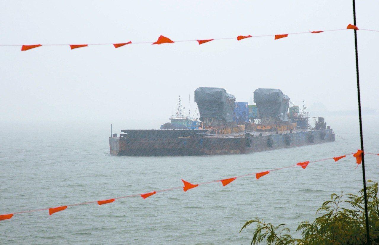 台電2機組拖至水頭附近等待搶灘完成基座安裝。 圖/縣府提供