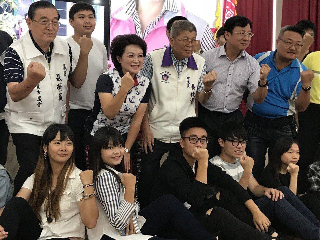 脫黨參選的嘉義市議長蕭淑麗(後排左二)昨天針對青年提出7大功略,「嘉義青年,回『...