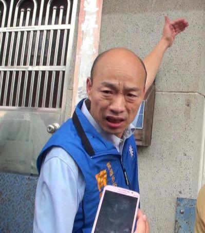 國民黨高雄市長參選人韓國瑜看到岡山潭底里住家淹水線近一層樓高,直嘆高雄的城鄉差距...