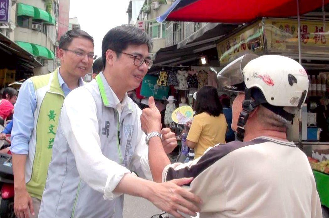 民進黨高雄市長參選人陳其邁(中)走訪三和市場,多人豎起大姆指表示支持。 記者楊濡...
