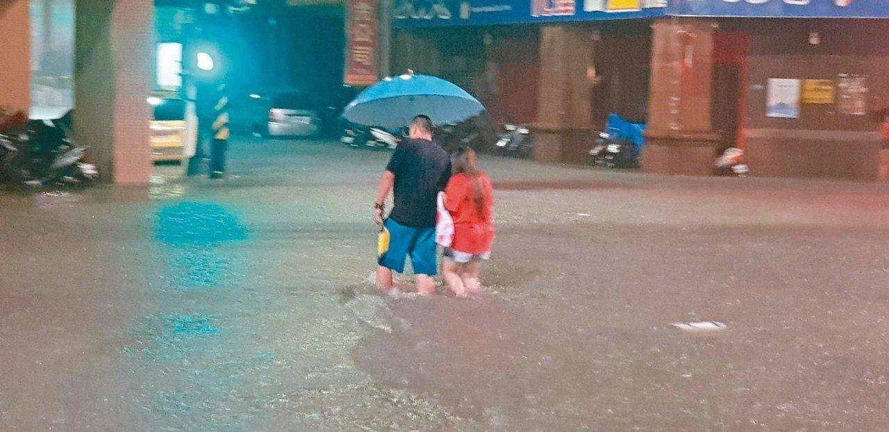 基隆市義二與信五路口水淹達1公尺。 圖/王安棟提供