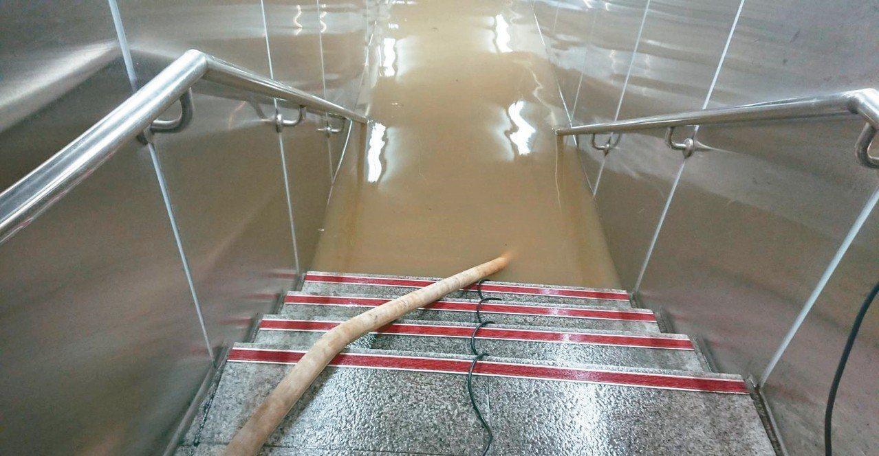 台北捷運東門站地下道淹水一度高達1.3公尺。 圖/新工處提供