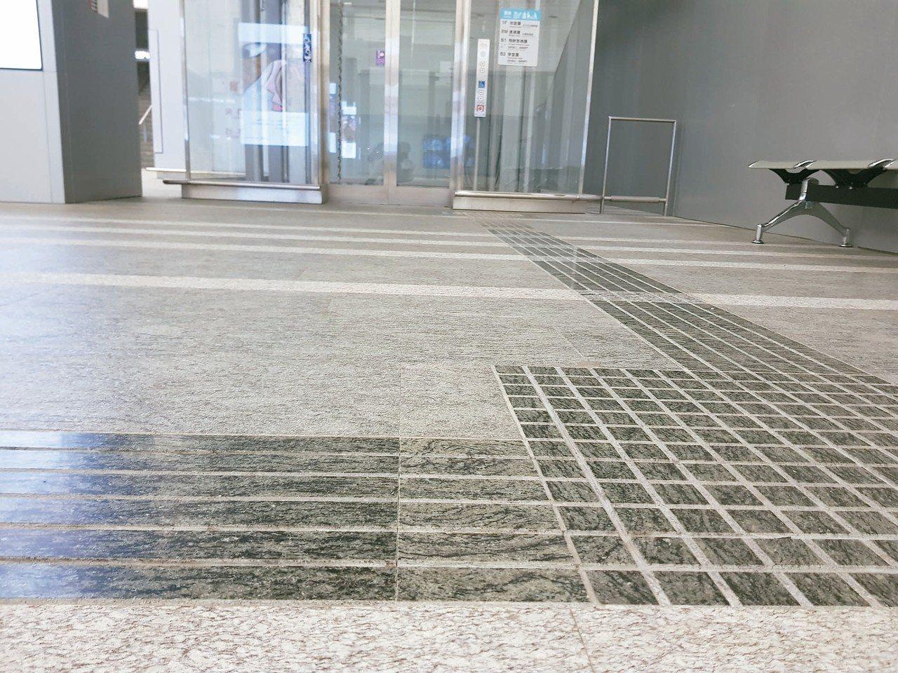 未來環狀線、萬大線、信義東延段等車站都會廣設置凹式導盲磚。 記者翁浩然/攝影