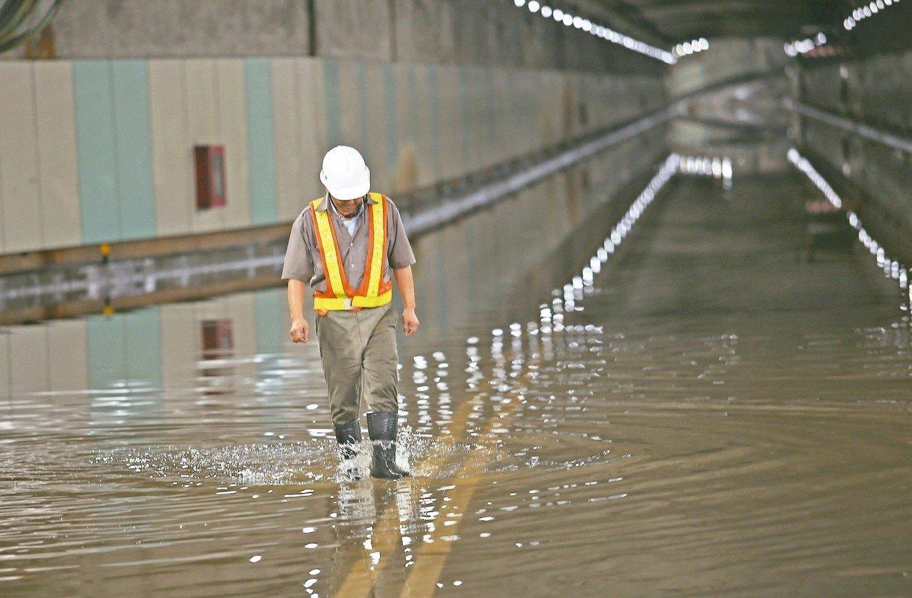 台北市林森南路車行地下道昨晚(8日)豪雨後嚴重積水,警方在路口拉起封鎖線禁止車輛...