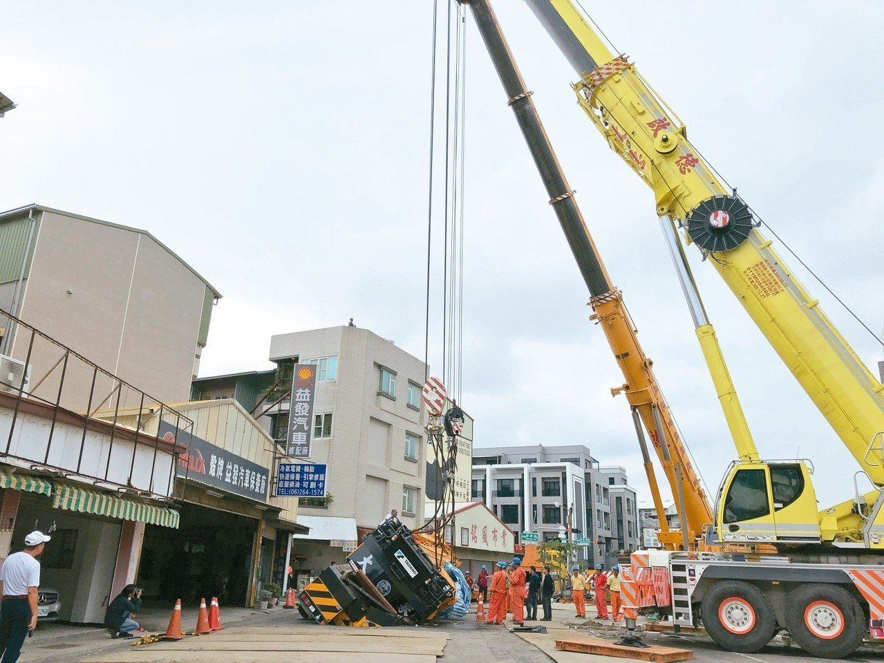 台南市昨天調動兩部大型重機械進場作業。 記者邵心杰/攝影