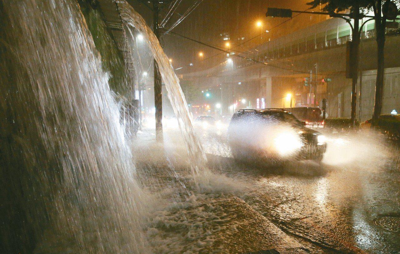 基隆基金一路昨晚因地勢加上豪雨,出現不少猶如小瀑布的路段,來往的人車得在水流中逆...