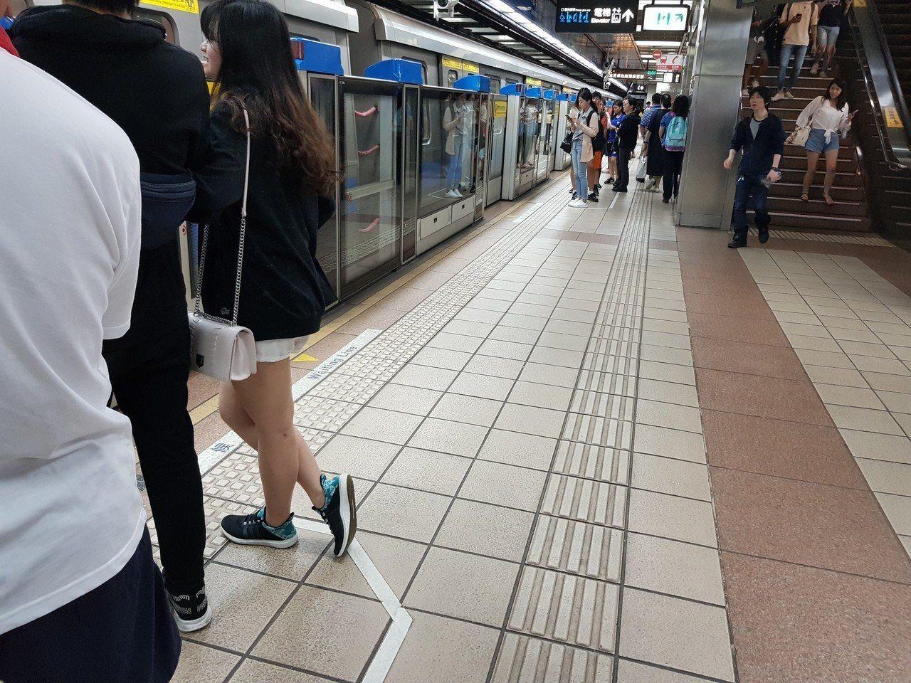 北捷車站新舊車站因為建築法規修改,導盲磚設置方式不一,修法前建好的車站內與月台區...