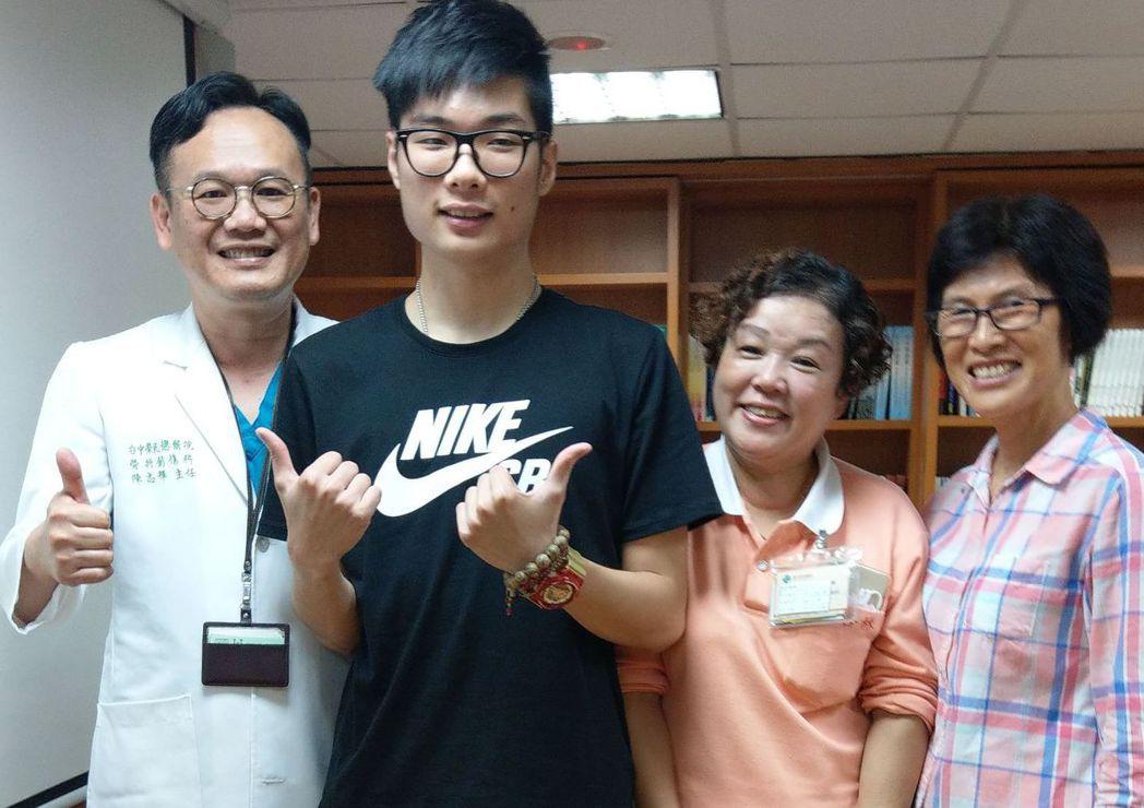 大學生鄭廷毅(左二)感謝醫師陳志輝(左一)的救治,讓他得以擁抱新的人生。 記者趙...