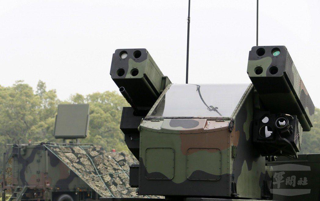 國軍的復仇者防空系統,後方為國造的蜂眼搜索雷達。圖/軍聞社