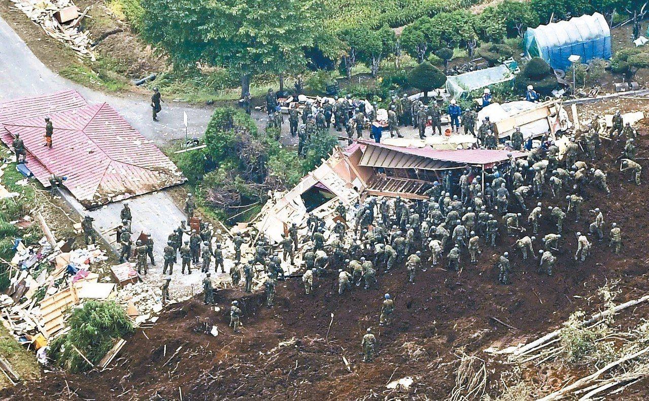 北海道6日發生強震,搜救人員全力找尋山崩生還者。 (美聯社)