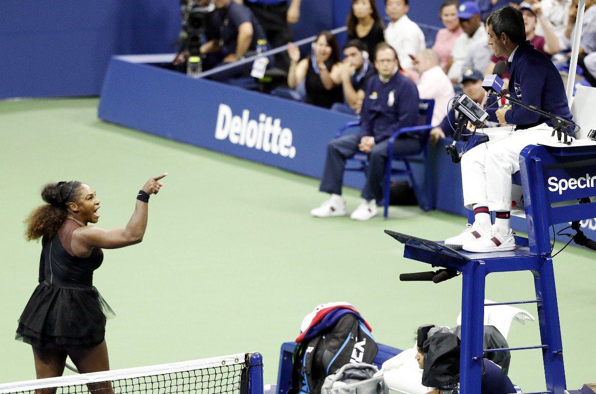 比賽進行至第2盤時,主審認定小威廉絲與場邊教練以暗號溝通,引起小威廉絲不滿。 圖...