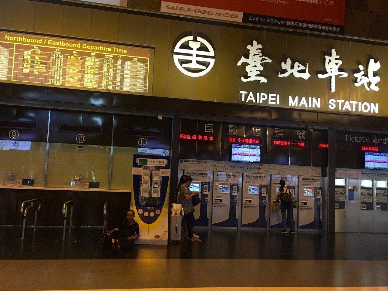 台北市社會局代理局長黃清高表示台北車站內可以讓街友躲雨。 聯合報系資料照片/記者...