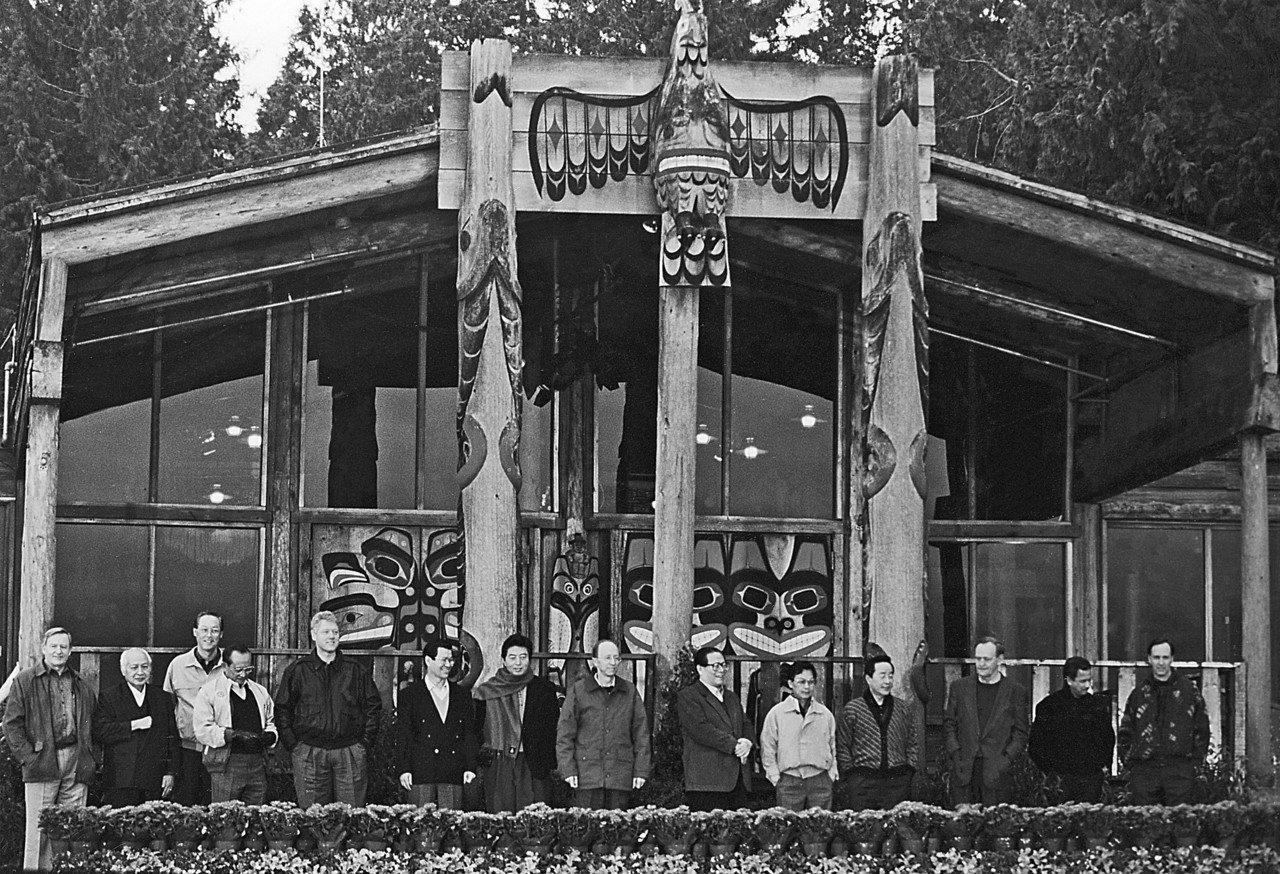 1993年經建會主委蕭萬長首度代表李登輝總統赴美參加APEC領袖會議,前左四是美...