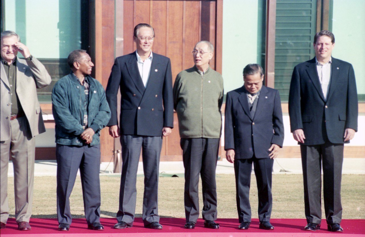 1995年大阪APEC峰會,右三是我代表辜振甫、右一是美國副總統高爾。 圖/聯...