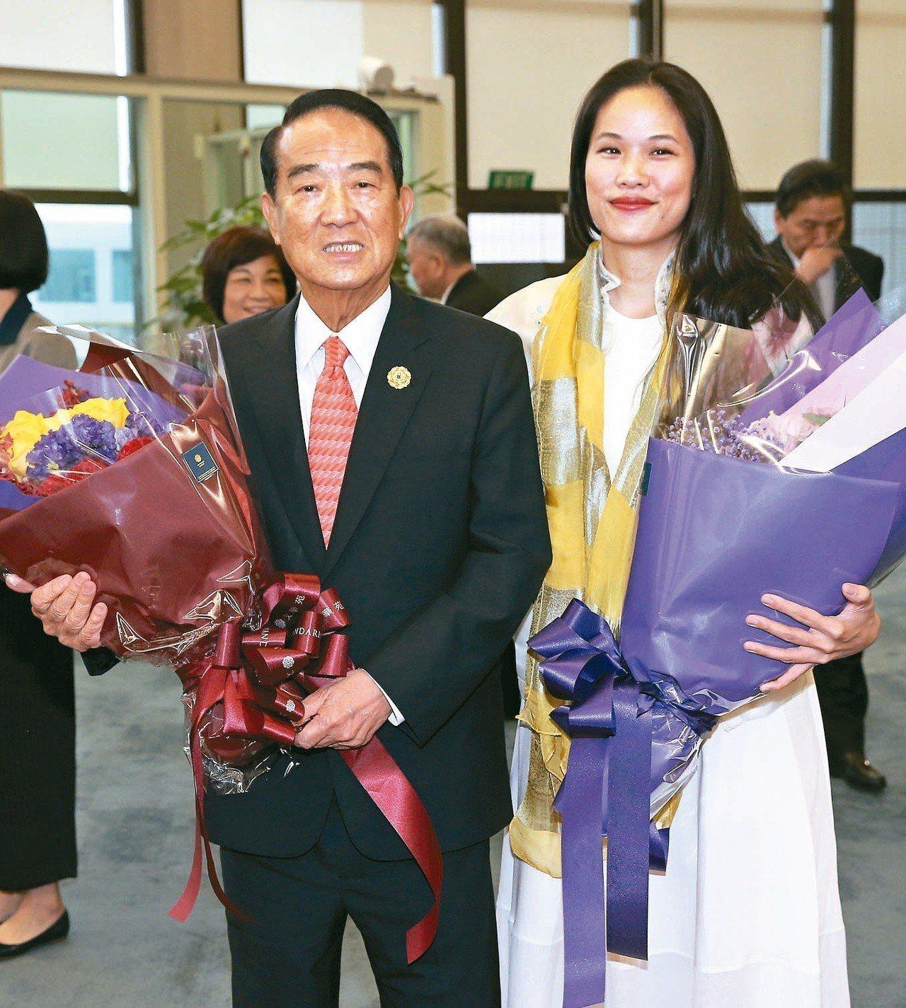 2017年我APEC領袖代表宋楚瑜(左)與女兒宋鎮邁(右)自越南峴港搭乘專機返抵...