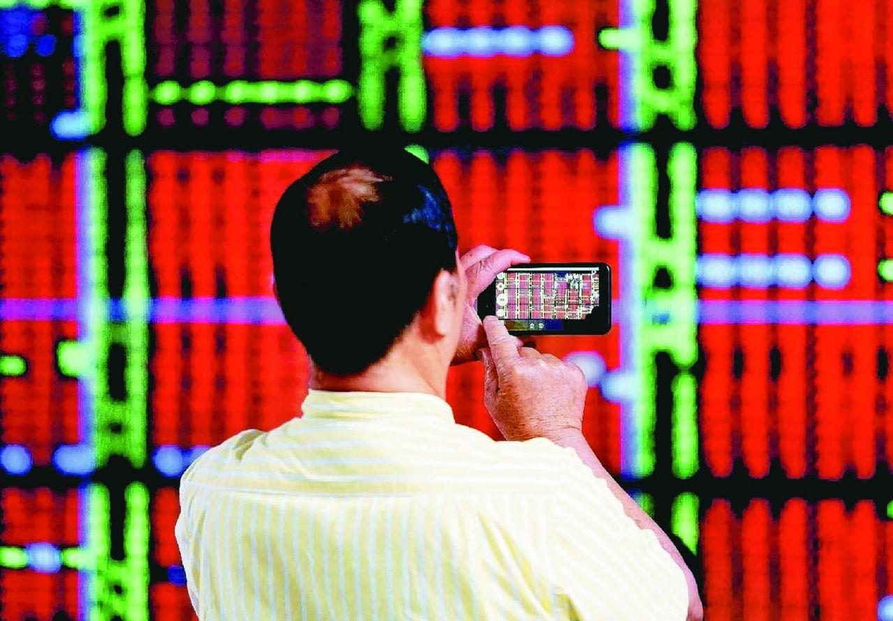 想投資台股,每月扣款3000元,就可定期定額買台股個股或台股ETF(股票型指數基...